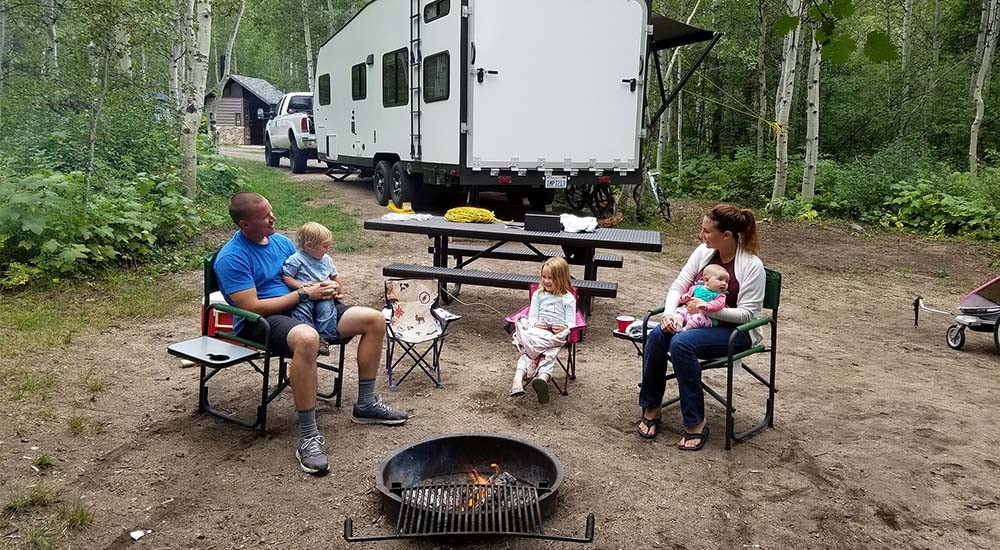Familie beim Camping
